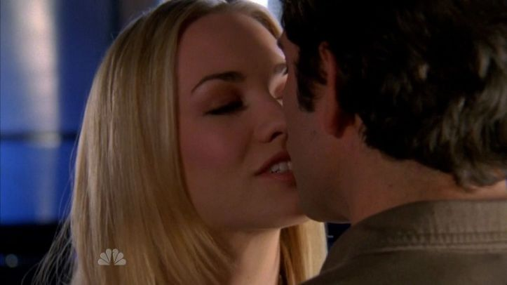looks like Sarah is happy to be kisssing Chuck again